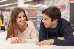 Pares jovenes preciosos que hacen compras en casa tienda del mobiliario imagen de archivo libre de regalías
