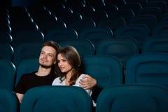 Pares jovenes preciosos una fecha en el cine imagen de archivo