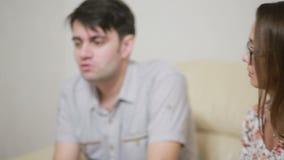 Pares jovenes preocupantes de ayuda del psicólogo de sexo femenino Terapia de familia almacen de metraje de vídeo