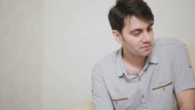 Pares jovenes preocupantes de ayuda del psicólogo de sexo femenino Terapia de familia almacen de video