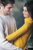 Pares jovenes que abrazan, al aire libre Imagen de archivo