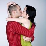 Pares jovenes que abrazan besarse Fotos de archivo libres de regalías