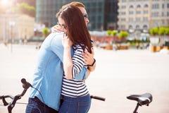 Pares jovenes que abrazan en la ciudad Fotografía de archivo