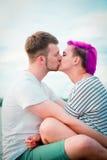 Pares jovenes que abrazan y que se besan Foto de archivo