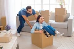 Pares jovenes que acercan a una nueva relocalización del apartamento Fotografía de archivo