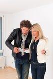 Pares jovenes que buscan las propiedades inmobiliarias Imagen de archivo