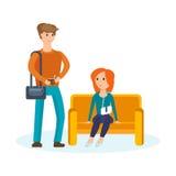 Pares jovenes que caminan con la alameda, las compras y las adquisiciones de los planes Foto de archivo libre de regalías