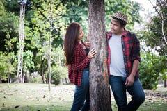 Pares jovenes que caminan en el parque, sensaciones románticas fotografía de archivo