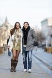 Pares jovenes que caminan en la calle Fotografía de archivo libre de regalías