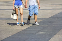 Pares jovenes que caminan en la ciudad Fotografía de archivo