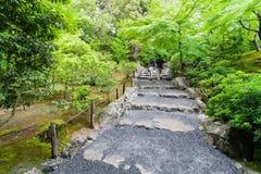 Pares jovenes que caminan en un jardín japonés Imagenes de archivo