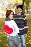 Pares jovenes que celebran día de tarjeta del día de San Valentín Fotos de archivo libres de regalías