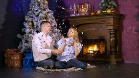 Pares jovenes que celebran el Año Nuevo, la Navidad almacen de video