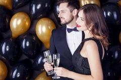 Pares jovenes que celebran un Carnaval, ` s Eve del Año Nuevo Imagen de archivo libre de regalías