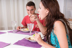 Pares jovenes que cenan junto Imagen de archivo