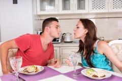 Pares jovenes que cenan romántico en casa Fotos de archivo libres de regalías