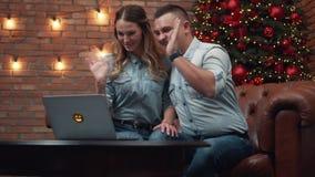 Pares jovenes que charlan con los parientes vía webcam