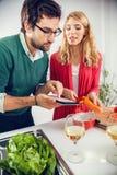 Pares jovenes que cocinan junto Fotografía de archivo