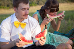 Pares jovenes que comen la sandía Fotografía de archivo libre de regalías