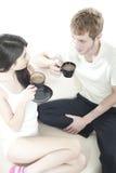 Pares jovenes que comparten tiempo del café Foto de archivo libre de regalías