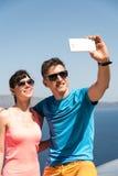 Pares jovenes que consiguen un selfie Fotografía de archivo libre de regalías