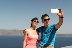 Pares jovenes que consiguen un selfie Foto de archivo