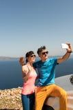 Pares jovenes que consiguen un selfie Foto de archivo libre de regalías
