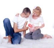 Pares jovenes que cuentan con a un bebé Fotos de archivo