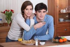 Pares jovenes que desayunan. Imágenes de archivo libres de regalías