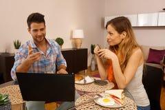 Pares jovenes que desayunan en casa Imagen de archivo