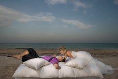 Pares jovenes que descansan en cama Imagen de archivo libre de regalías