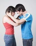 Pares jovenes que discuten con violencia Foto de archivo libre de regalías