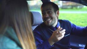 Pares jovenes que discuten en el coche almacen de video