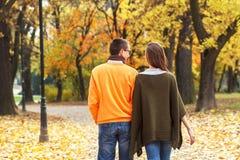 Pares jovenes que disfrutan de caminar en parque Fotografía de archivo libre de regalías