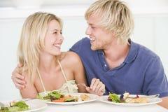 Pares jovenes que disfrutan de la comida Imagen de archivo libre de regalías