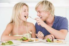 Pares jovenes que disfrutan de la comida Fotos de archivo libres de regalías