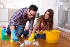 Pares jovenes que disfrutan de la economía doméstica junta imagenes de archivo
