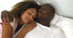Pares jovenes que duermen junto en cama almacen de metraje de vídeo