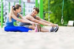 Pares jovenes que entrenan al aire libre Fotos de archivo