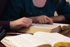 Pares jovenes que estudian la biblia Fotos de archivo libres de regalías