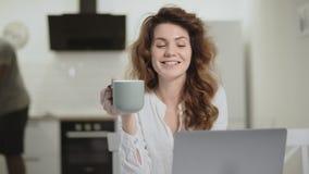 Pares jovenes que hablan el uno al otro en la cocina Familia feliz que tiene conversación almacen de video