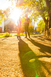 Pares jovenes que hablan en la puesta del sol en un ambiente urbano Foto de archivo