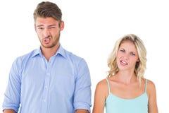 Pares jovenes que hacen caras tontas Foto de archivo libre de regalías