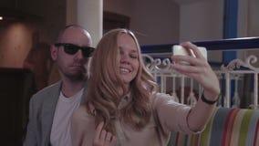 Pares jovenes que hacen el selfie en restaurante metrajes