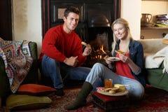 Pares jovenes que hacen la tostada en el fuego abierto imagen de archivo libre de regalías