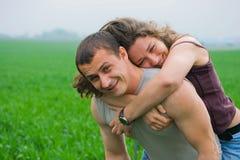 Pares jovenes que juegan en un campo de trigo Fotografía de archivo libre de regalías