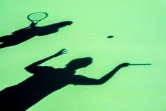Pares jovenes que juegan a tenis Imagen de archivo libre de regalías