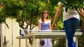 Pares jovenes que juegan a tenis de mesa almacen de video