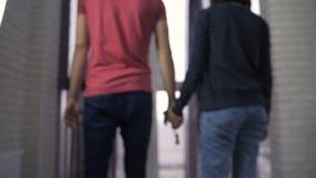 Pares jovenes que llevan a cabo las manos con llaves al nuevo hogar metrajes