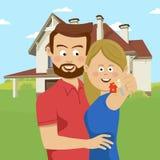 Pares jovenes que llevan a cabo llaves de su nueva casa Familia feliz que se traslada a nuevo hogar Fotos de archivo libres de regalías